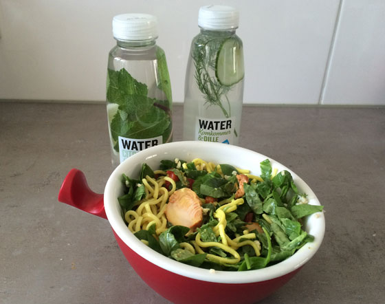 Kip-noedel salade en waters met een twist