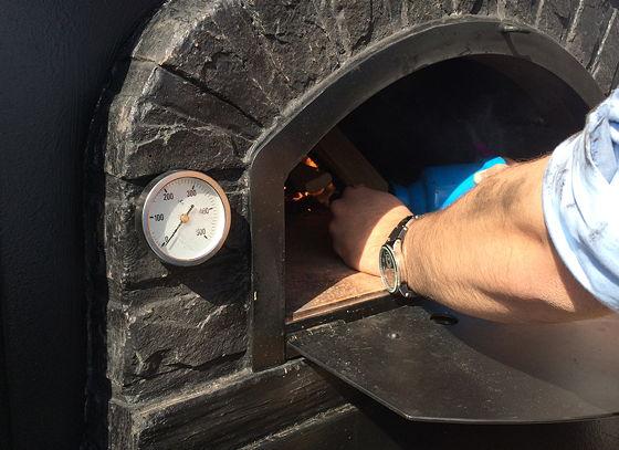 Pizza on Wheels vuur wordt aangestoken.