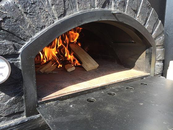 Pizza on Wheels brandend vuurtje in oven